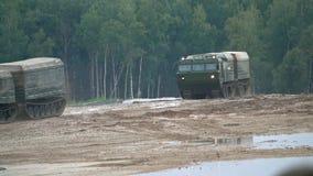 MOSKVAREGION, RYSSLAND - AUGUSTI 25, 2017 Flyttande rysk militär video för crawlsimmarebiltransportultrarapid lager videofilmer