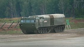 MOSKVAREGION, RYSSLAND - AUGUSTI 25, 2017 Flyttande rysk militär video för crawlsimmarebiltransportultrarapid stock video
