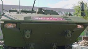 Moskvaregion, Ryssland - Augusti 22, 2018: Främre sikt av stridighetmedlet för mekaniserat infanteri med det armerade chassiet stock video