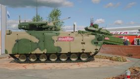 Moskvaregion, Ryssland - Augusti 22, 2018: Mekaniserat infanteristridighetmedel i ökenkamouflage lager videofilmer