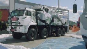 Moskvaregion, Ryssland - Augusti 22, 2018: Militär bil med snökamouflage Anti--flygplan missil- och vapensystem stock video