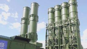 Moskvaregion, Ryssland - Augusti 22, 2018: Sikt av systemet för missil för luftförsvar från botten till den bästa sikten lager videofilmer