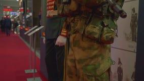 Moskvaregion, Ryssland - Augusti 22, 2018: Soldater i likformign av olika tider fredsbevarare stock video