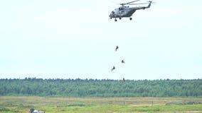 MOSKVAREGION, RYSSLAND - AUGUSTI 25, 2017 Ultrarapidskott av ryska specialförbandtjänstemän som landsätter från Mil Mi-8 arkivfilmer