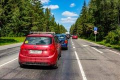 MOSKVAREGION, RYSSLAND - JUNI 2015: Blodstockning på den Istrinskoe huvudvägen royaltyfri fotografi
