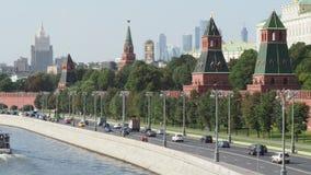 Moskvarivier, de Torens van het Kremlin en high-rise gebouwen in Moskou stock videobeelden