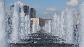 Moskvasegern parkerar springbrunndagtid stock video