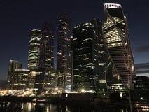 Moskvastad - sikt av mitten för affär för skyskrapaMoskva den internationella på natten arkivfoton
