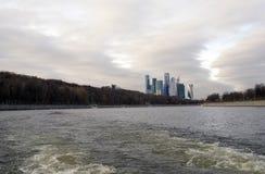 Moskvastadsaffär och lägenhetmitt Arkivfoton