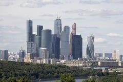 Moskvastadskomplex av skyskrapor i molnigt väder Arkivfoton