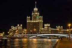 Moskvastadslandskap med nattsikt på skyskrapa på invallningfloden royaltyfri fotografi