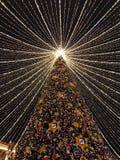 Moskvastadsljus på julgranen royaltyfri fotografi