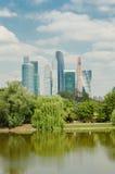 Moskvastadssikten av Novodevichy parkerar Royaltyfri Foto