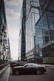 Moskvastadsskyskrapor i sommar i molnigt väder arkivfoton