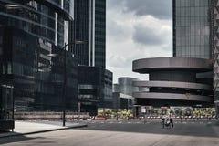 Moskvastadsskyskrapor i sommar i molnigt v?der arkivfoton