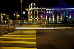 Moskvatrafikljus på natten, briljanta nattljus royaltyfri foto