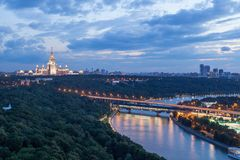 Moskvauniversitet på aftonen royaltyfria foton