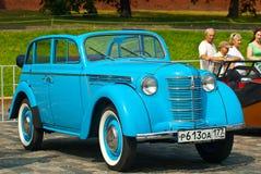 Moskvich azul (coche URSS de la vendimia) Imágenes de archivo libres de regalías