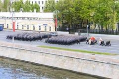 Moskvoretskaya江边的水手前进的形成 库存照片