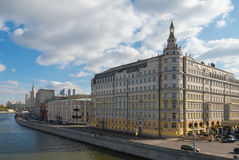 Moskvoretskaya码头-从更加伟大的莫斯科河桥梁的看法 库存图片