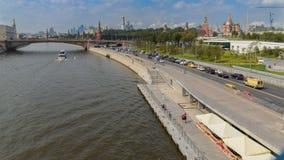Moskvoretskayadijk en de brug van Bolshoy Moskvoretsky, de rivier van Moskou, Moskou, Moskou, Rusland royalty-vrije stock afbeelding