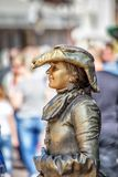MOSKWA -, - ARBAT Rosja, SIERPIEŃ 22,2012, kobieta imituje brązową statuę Obraz Royalty Free
