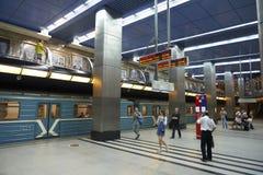 MOSKWA, AUG, 22, 2017: Dwa poziom podłoga staci metru centrum biznesu, błękita pociąg i pociąg czeka ludzi, Pasażery na kolei Fotografia Royalty Free