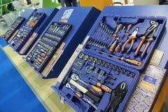 MOSKWA, AUG 22, 2017: Widok na wystawa stojaku z nowymi setami utrzymania i naprawy narzędzia w plastikowych pudełkach Samochód n Obrazy Stock