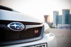 Moskwa 2015 Biały Subaru WRX STI zakończenie w górę reflektory, grille z logo obraz stock