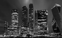 Moskwa biznesowego centre międzynarodowy miasto przy nocą Widok od bulwaru Rosja monochromu wizerunek Czerń i Fotografia Royalty Free
