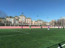 Moskwa, CC$RF Marzec 26, 2019: studencki futbolowy dopasowanie na polu z sztuczną murawą zdjęcia royalty free