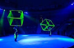 Moskwa cyrk na lodzie na wycieczce turysycznej Żonglować z luźnymi geometrycznymi postaciami pod przywódctwo Aleksander Polyakov Zdjęcia Stock
