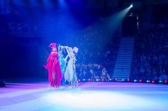 Moskwa cyrk na lodzie na wycieczce turysycznej Trzy elementu jeździć na łyżwach na stilts Obraz Stock