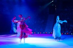 Moskwa cyrk na lodzie na wycieczce turysycznej Trzy elementu jedzie na stilts pod kierunkiem d Abramova Fotografia Stock