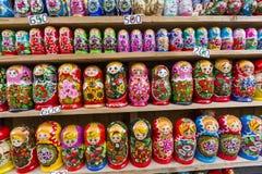 MOSKWA, CZERWIEC - 04: Bardzo wielki wybór matryoshkas rosjanin w ten sposób Zdjęcie Stock