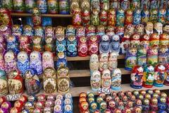 MOSKWA, CZERWIEC - 04: Bardzo wielki wybór matryoshkas rosjanin w ten sposób Obraz Royalty Free