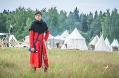MOSKWA, czerwiec 06,2016: Mężczyzna w antycznych handlowych kostiumów stojakach na zieleni polu trawa Zdjęcie Stock