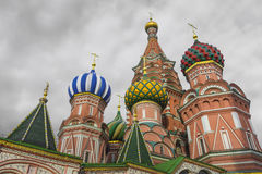 MOSKWA, CZERWIEC - 02: Widok Świątobliwi basile Katedralni przy Czerwonym Squa Zdjęcia Royalty Free