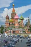 MOSKWA, CZERWIEC - 02: Widok Świątobliwi basile Katedralni przy Czerwonym Squa Obraz Royalty Free