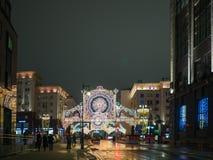 Moskwa dekorował dla nowego roku i bożych narodzeń wakacji Lekki festiwal Gazetnyj pereulok Kamergersky pas ruchu Obrazy Royalty Free