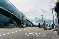 Moskwa, Domodedovo Rosja, Maj, - 29, 2017: Miejsce dla dymić lub dymienie teren przed głównym wejściem Domodedovo lotnisko Obrazy Stock