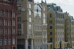 Moskwa domy na nabrzeżu Yakimanskaya obraz stock