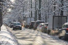 MOSKWA, FEB 01, 2018: Zima dnia widok na samochodach samochodowych w miasto ciężkim ruchu drogowym powodować ciężkim śniegiem w m Fotografia Royalty Free
