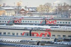 MOSKWA, FEB 01, 2018: Zima odgórny widok na kolejowych pasażerskich trenerów samochodach przy sztachetową sposób zajezdnią pod śn Zdjęcia Stock