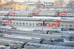 MOSKWA, FEB 01, 2018: Zima widok na kolejowej lokomotywie w pociąg pasażerski zajezdni pod śniegiem Rosyjski śnieg zakrywający ko Obrazy Stock