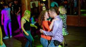 MOSKWA, federacja rosyjska - PA?DZIERNIK 13, 2018: W ?rednim wieku para, m??czyzna i kobieta, tana salsa w?r?d t?umu dancingowy p obrazy royalty free