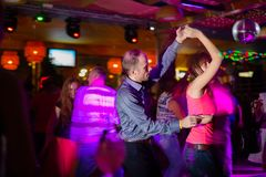 MOSKWA, federacja rosyjska - PA?DZIERNIK 13, 2018: W ?rednim wieku para, m??czyzna i kobieta, tana salsa w?r?d t?umu dancingowy p zdjęcia stock