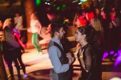 MOSKWA, federacja rosyjska - PA?DZIERNIK 13, 2018: W ?rednim wieku para, m??czyzna i kobieta, tana salsa w?r?d t?umu dancingowy p zdjęcie stock