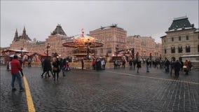 Moskwa, federacja rosyjska - Styczeń 28, 2017: Kremlin: Ludzie cieszą się życie w placu czerwonym w chmurnym zima dniu z carousel
