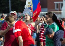 Moskwa FIFA 2018 Emocje fan piłki nożnej na Moskwa ulicach Rosyjski jest ubranym obywatel nadaje się przy placem czerwonym zdjęcie stock